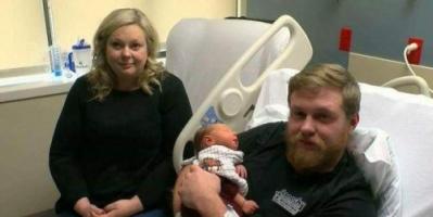 صرخة طفله تعيده من الموت.. أمريكي يعود للحياة لحظة ولادة زوجته