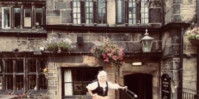 قصة مثيرة لعجوز بريطانية تعيش مع 15 شبحًا
