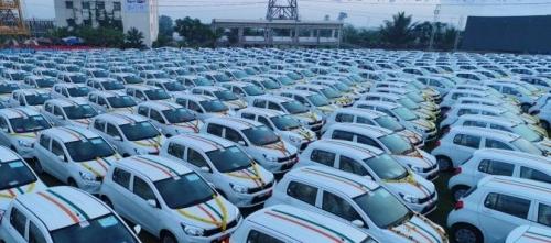 تاجر ألماس هندي يهدي موظفيه سيارات بقيمة مليوني دولار