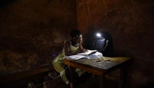 حقائب مدرسية مضيئة لتلاميذ قرى ساحل العاج