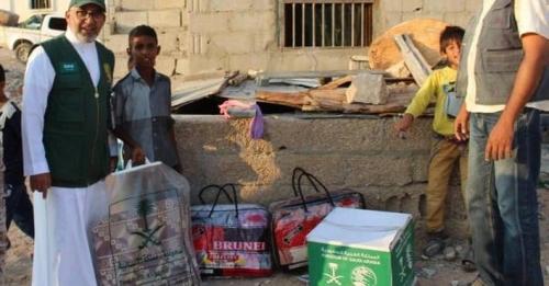 «سلمان للإغاثة» يوزع مواد إيوائية في مديريتي شحن وقشن بالمهرة