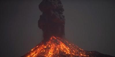 بالفيديو.. ظاهرة ساحرة في انفجار بركان إندونيسي