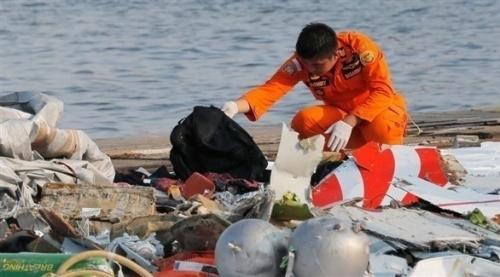 فرق البحث تنتشل الصندوق الأسود للطائرة  الإندونيسية المنكوبة