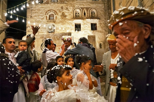 يمنية تقيم حفلاً في تعز بمناسبة خلعها من زوجها