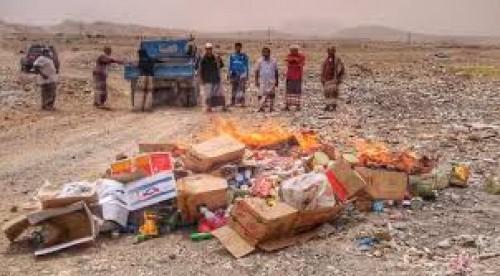 بالفيديو.. منظمات دولية توزع مواد غذائية منتهية الصلاحية على سكان عدن