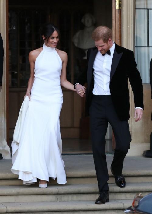 طرح نسخة من فستان ليلة زفاف ميجان ماركل بسعر خيالي
