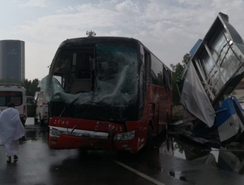اصطدام حافلة بلوحة إعلانية وإصابة 5 في مكة المكرمة «شاهد»