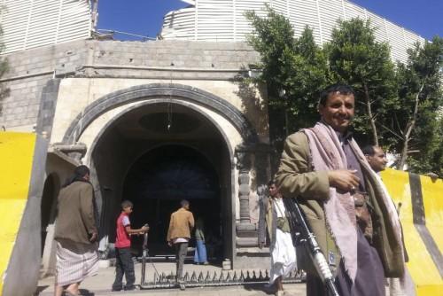 خوفاً من انشقاقهم.. مليشيا الحوثي تفرض رقابة مشددة على من تبقى من أعضاء حكومتها