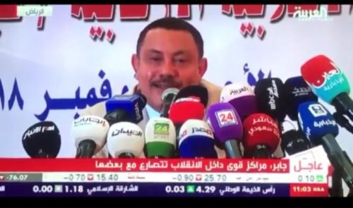 تعرف على الصحفي الذي ضرب الوزير المنشق عن الحوثي بالحذاء