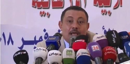 أول تعليق من الشاب الذي رشق وزيرًا حوثيًا منشقًا بالحذاء
