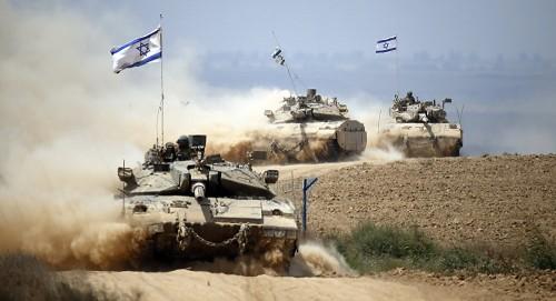 دبابات الاحتلال الإسرائيلي تقصف قطاع غزة وتصيب عدة مواطنين