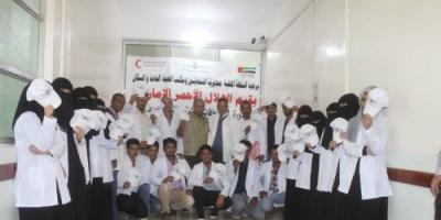 الهلال الأحمر الإماراتي يدرب شباب التربة بتعز على الإسعافات الأولية ويثقفهم صحياً