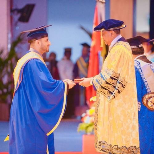 للمرة الأولى.. طالب يمني يحصد جائزة السلطان الذهبية بماليزيا