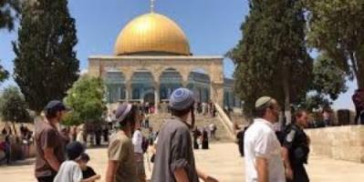 مستوطنون يقتحمون المسجد الأقصى وينفذون جولات استفزازية في ساحته
