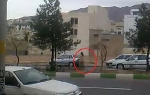 بالصور.. فتاة عارية تسير في شوارع إيران احتجاجاً على سوء المعيشة