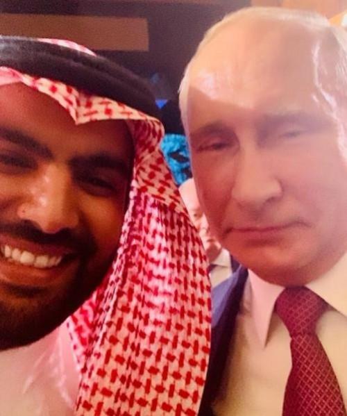 """شاهد.. وزير الثقافة السعودي يفاجئ متابعيه بـ""""سيلفي"""" مع """"بوتن"""