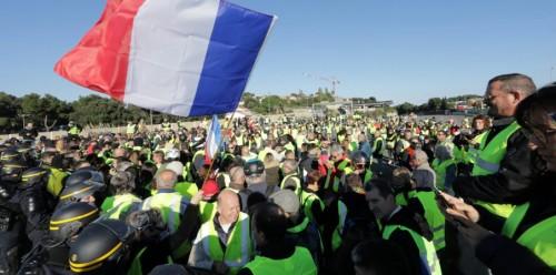 وفاة سيدة وإغلاق الطرق الرئيسية في فرنسا بسبب الضرائب «فيديو»