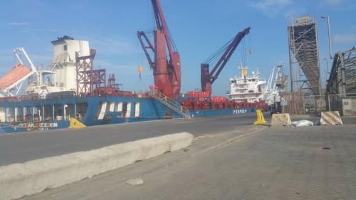 باخرة أمريكية تفرغ 54حاوية بميناء عدن.. تعرف على السبب