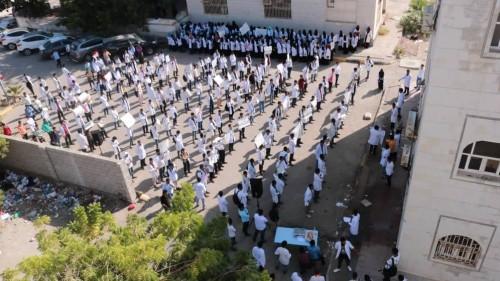 طلاب صيدلة عدن يستمرون في وقفتهم الاحتجاجيه لليوم الثاني