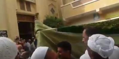 بالفيديو.. نعش إمرأة يرفض دخول المسجد يحدث ضجة في مصر