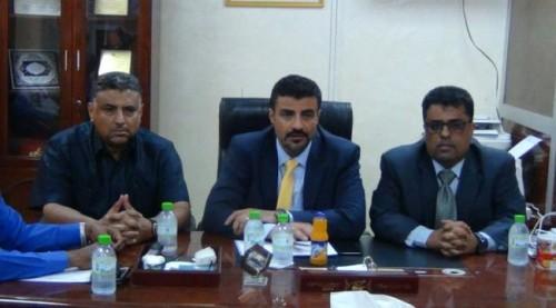 محافظ عدن يناقش سبل تعزيز الخدمات العامة للمواطنين بالمحافظة