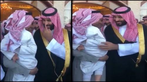 شاهد.. طفل يعترض طريق الأمير محمد بن سلمان لطلب سيارة فارهة