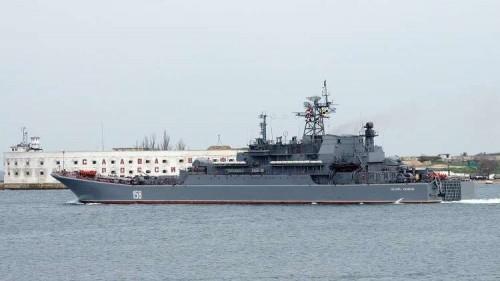بمسافة خطيرة.. سفينة إنزال روسية تقترب من مقاتلات للناتو على حدود سوريا