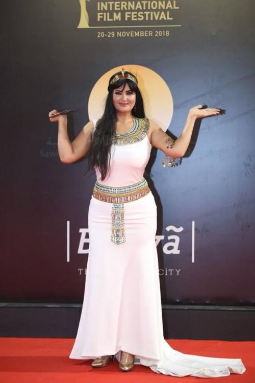 الفنانة سما المصري تثير الجدل بزيها الفرعوني في مهرجان القاهرة السينمائي الدولي