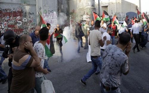 إصابة عشرات الفلسطينيين في مواجهات مع الاحتلال الإسرائيلي بالضفة