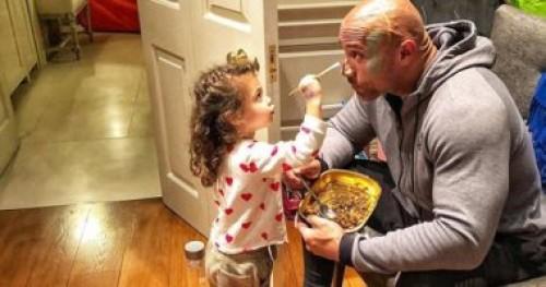 """""""صور"""" النجم دوين جونسون يخضع لجلسة رسم على الوجه من ابنته"""