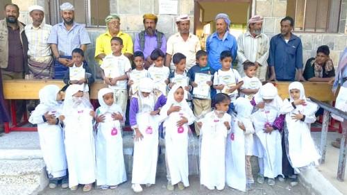 الهلال الأحمر الإماراتي توزع الزي المدرسي على الطلاب بلودر