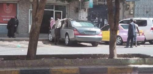 شاهد.. قيادي حوثي يقود سيارة علي عبدالله صالح بصنعاء