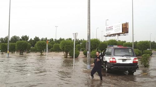 أمطار غزيرة في الكويت وتحذيرات من تقلبات الطقس «فيديو»