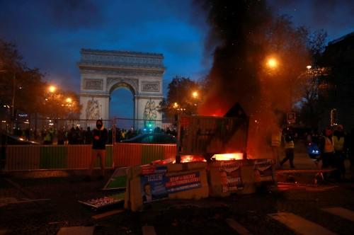 شرطة فرنسا تستخدم الغاز لتفريق احتجاجات باريس