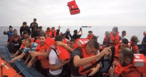 قوات البحرية الفرنسية تنقذ 8 مهاجرين فى حالة صعبة