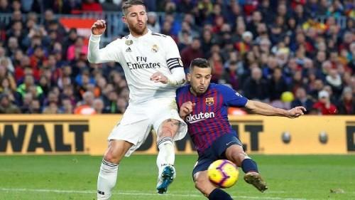 نجم برشلونة يهاجم الإدارة ويدافع عن راموس