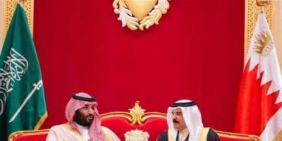 بالصور ..ملك البحرين يمنح وسام الشيخ عيسى بن سلمان آل خليفة لولي العهد السعودي