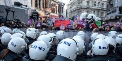 هكذا فرقت الشرطة التركية تظاهرة ضد العنف بحق المرأة