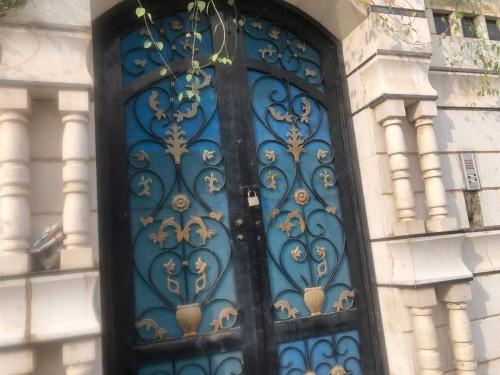 مواطن يغلق مبنى وزارة الثقافة أمام الموظفين لهذا السبب
