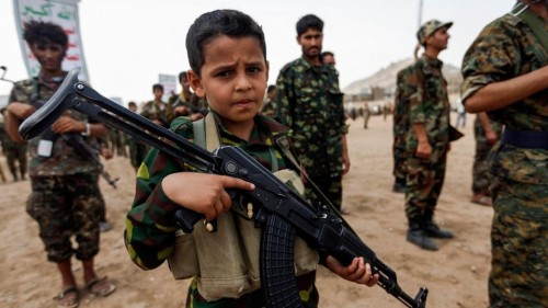 بعد تجنيدهم من الانقلابيين.. التحالف يعيد 15 طفلا يمنيا