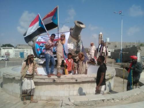 أعلام الجنوب تغزو محافظة أبين (صور)