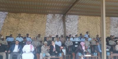 عرض عسكري بالمكلا بحضور سفراء أمريكا والسعودية لدى اليمن
