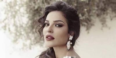 النجمة اللبنانية نادين نسيب نجيم تسخر من ريهانا بهذا الشكل