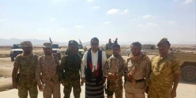 ماذا يفعل متحدث المجلس الانتقالي في معسكر قوات النخبة الشبوانية؟ (شاهد)