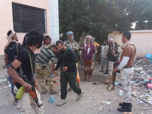 شاهد.. قوات الأمن بالشيخ عثمان تخلي مدرسة من أسر اقتحمتها وتوطنت فيها