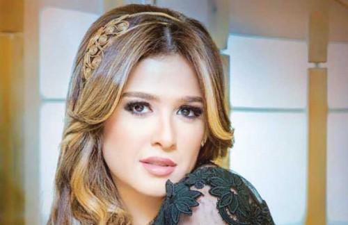 ياسمين عبد العزيز تسافر السعودية لأداء مناسك العمرة