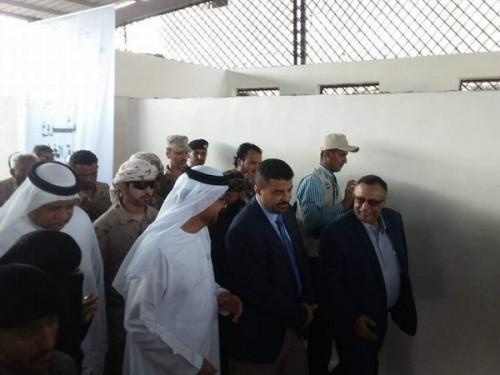السفير الإماراتي لدى اليمن يفتتح عدة مشروعات بعدن