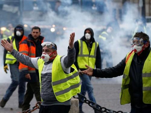 إغلاق متاجر ومحطات قطارات.. احتجاجات فرنسا في صور