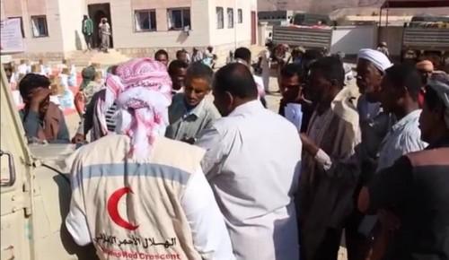 الهلال الأحمر الإماراتي يواصل توزيع المساعدات على القرى النائية بحضرموت