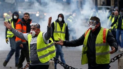 """فساتين الزفاف تشارك في تظاهرات فرنسا بـ """"السترات الصفراء"""""""